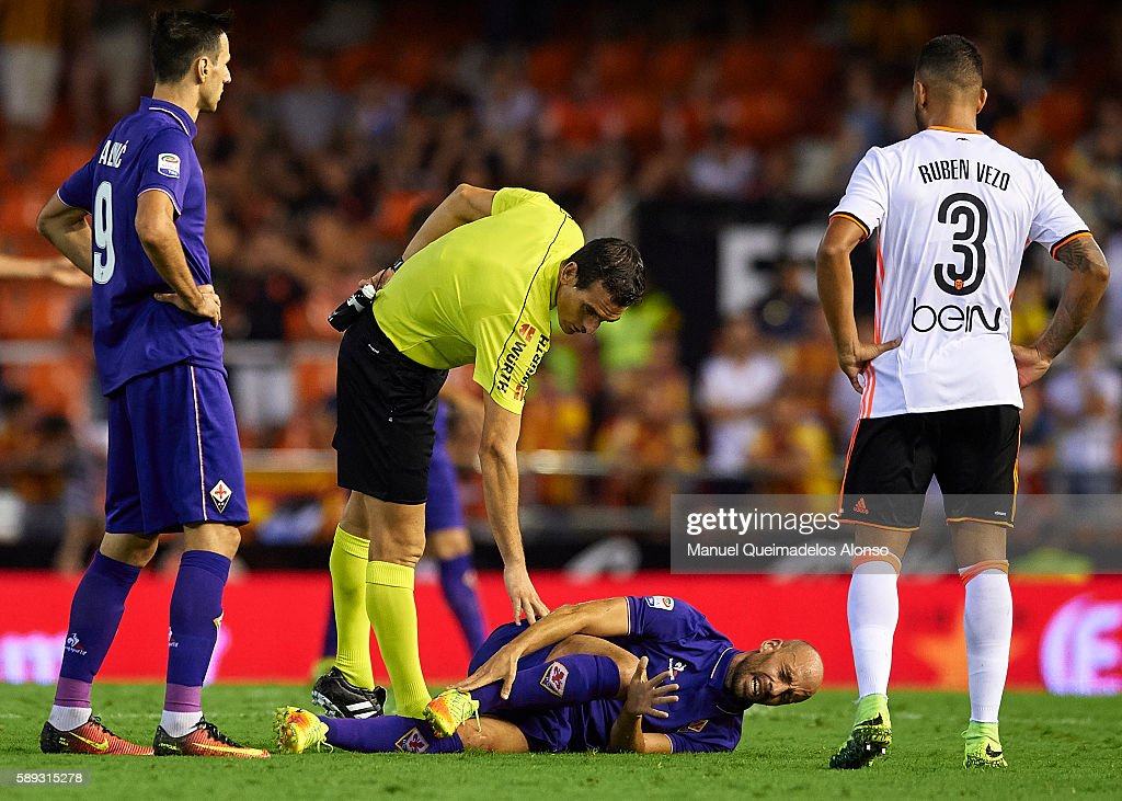 Borja Valero of Fiorentina lies injured on the pitch during the pre-season friendly match between Valencia CF and AC Fiorentina at Estadio Mestalla on August 13, 2016 in Valencia, Spain.