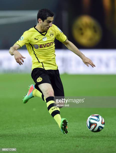 FUSSBALL DFB Borussia Dortmund FC Bayern Muenchen Henrikh Mkhitaryan am Ball