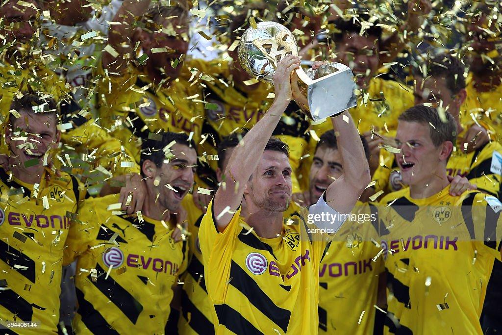 Borussia Dortmund feiert den Supercup Sieg Sebastian Kehl mit Pokal Fussball Supercup 2014 Borussia Dortmund FC Bayern München 20