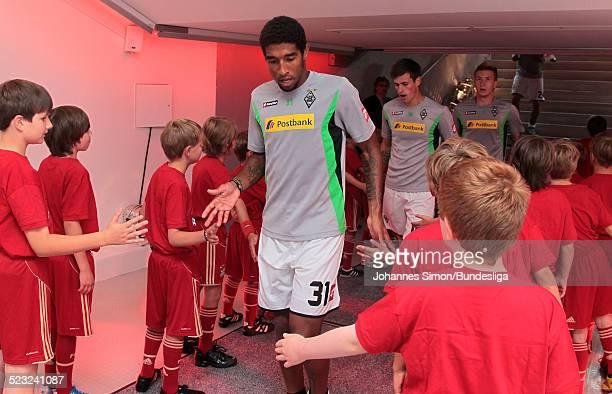 BorussiaSpieler Dante wartet im SpielerTunnel auf den Start des Bundesliga Spieles zwischen dem FC Bayern Muenchen und Borussia Moenchengladbach am...