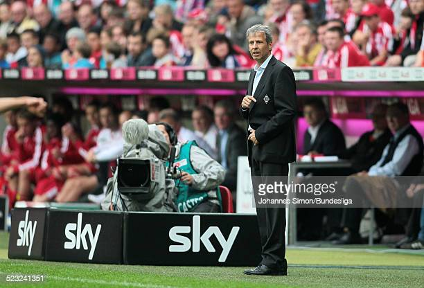 BorussiaTrainer Lucien Favre beobachtet das BundesligaSpiel zwischen dem FC Bayern Muenchen und Borussia Moenchengladbach am in der Muenchner...