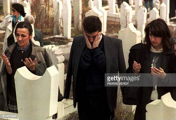 BosniaHerzegovina Moslem worshippers pray 13 March 1994 in the Bare cemetery which reopened after a twoyear closure to allow Bosnian Moslems to...