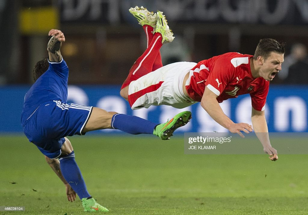 [Imagen: bosnias-muhamed-besic-fouls-austrias-kev...d468228104]