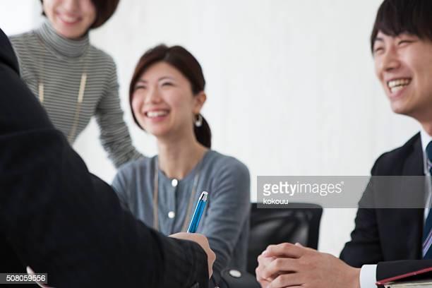 ボスに耳を傾けながら楽しくのストーリーの男性