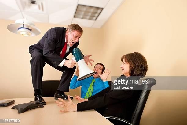 Chef mit Schreien an Kollegen