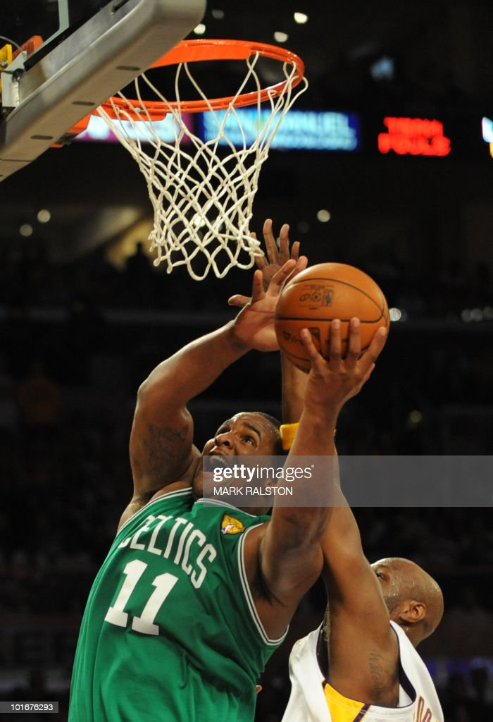 Boston Celtics player Glen Davis (L) prepares to shoot against LA Lakers forward Lamar Odom (R) before Boston Celtics went on to win 103-94 in game two of the NBA finals at the Staples Center in Los Angeles on June 6, 2010. The defending champion Los Angeles Lakers are not only seeking their 16th NBA championship but also redemption after a humbling loss to the Boston Celtics in the 2008 NBA finals. The Lakers still have the bitter after taste of their humiliating finals loss two years ago. AFP PHOTO/Mark RALSTON