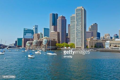 ボストンハーバーに停泊するヨットの街並み