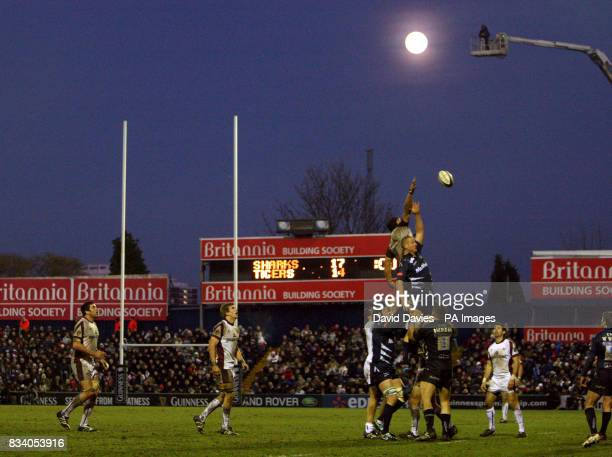 Both teams challenge for a line out