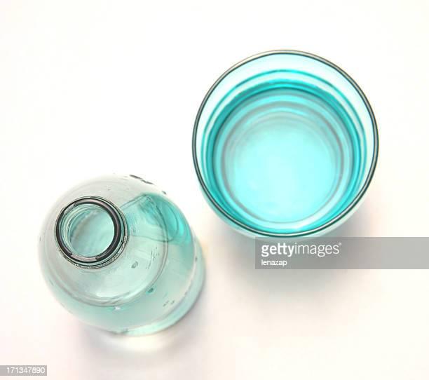 水のボトルとグラス