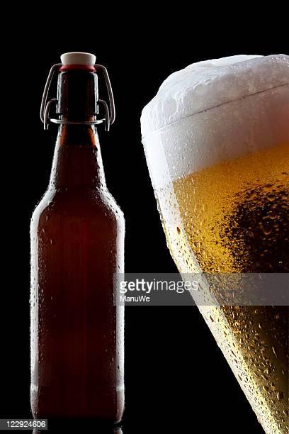 Bottiglia di birra isolato Pilsener con chiusura a scatto nero