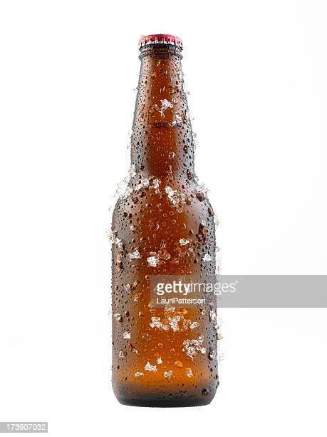Bottiglia di birra in ghiaccio coperto