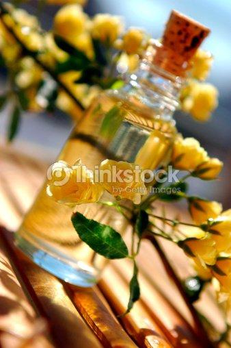 Flasche ätherischen Ölen : Stock-Foto