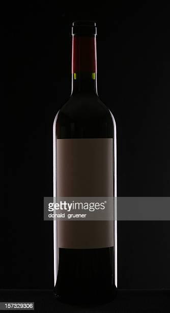 Bottiglia di vino rosso su sfondo nero