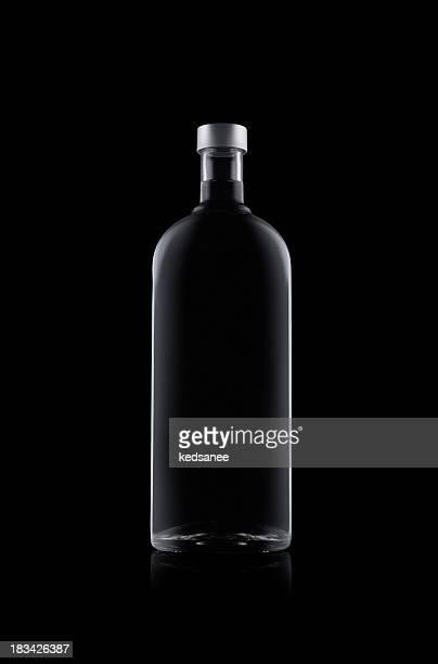 Eine Flasche Wasser isoliert auf schwarzem Hintergrund