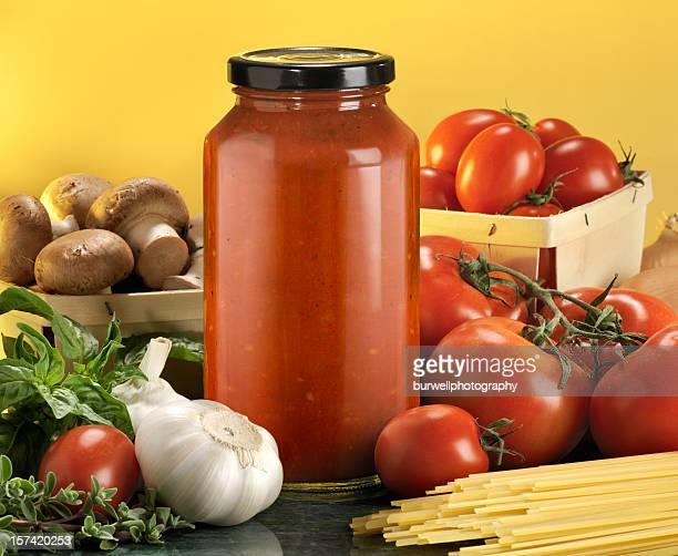Bottiglie con ingredienti pasta e Salsa