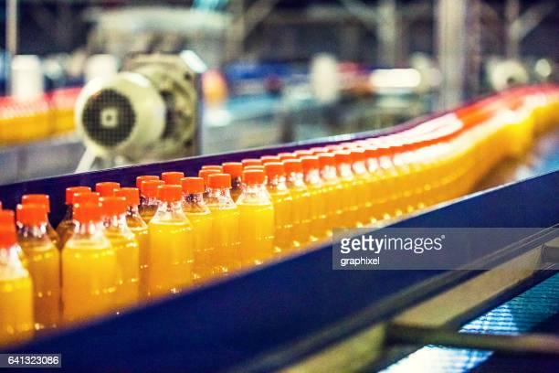 Flaschen auf Förderband in Fabrik