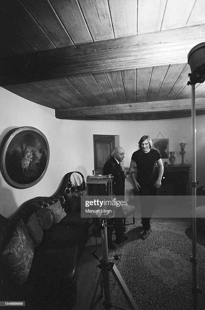 Bougival, March 12, 1981, Canadian photographer <a gi-track='captionPersonalityLinkClicked' href=/galleries/search?phrase=Yousuf+Karsh&family=editorial&specificpeople=241481 ng-click='$event.stopPropagation()'>Yousuf Karsh</a> Armenian origin rule the last preparations before photographing the comedian G ¿rard Depardieu, in his house.