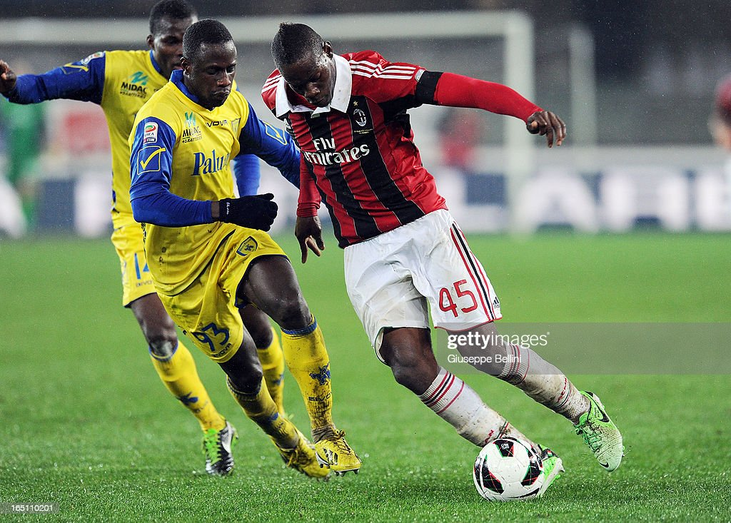 Boukary Dramè of Chievo and Mario Balotelli of Milan in acton during the Serie A match between AC Chievo Verona and AC Milan at Stadio Marc'Antonio Bentegodi on March 30, 2013 in Verona, Italy.