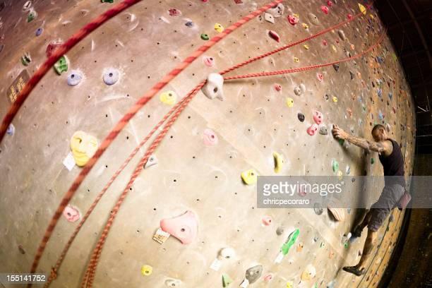 Bouldern auf dem Fels-Kletterwand