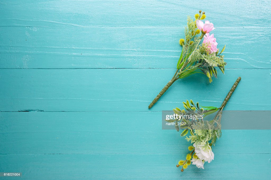 Bouquet of beautiful fresh flower artificial on wood background : Stockfoto