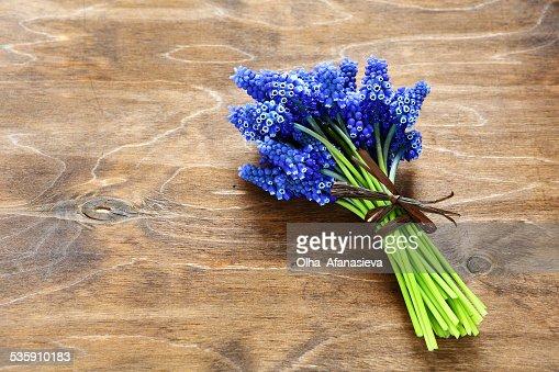 Ramo de hyacinths en superficie de madera : Foto de stock