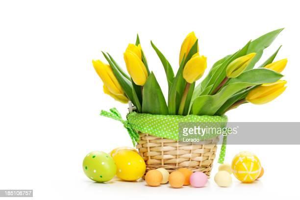 Ramo de tulipanes y huevos Aislado en blanco