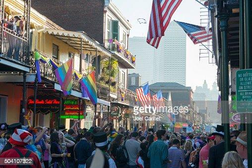 バーボンストリートの群衆のマルディグラ期間中