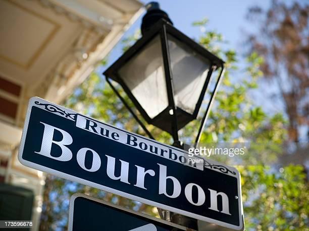 Sich in der Bourbon Street in New Orleans
