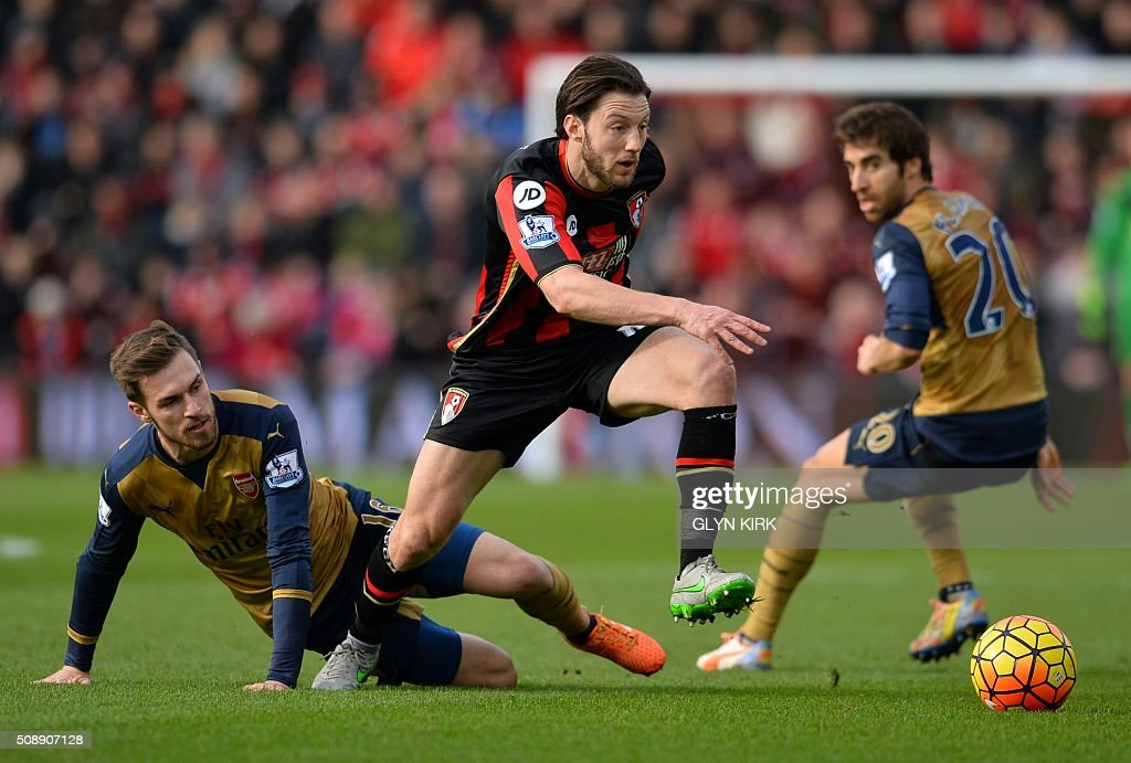 Bournemouth's English-born Irish midfielder Harry Arter (C) vies with Arsenal's Welsh midfielder Aaron Ramsey (L) and Arsenal's French midfielder Mathieu Flamini during the English Premier League football match between Bournemouth and Arsenal at the Vitality Stadium in Bournemouth, southern England on February 7, 2016. / AFP / GLYN KIRK / RESTRICTED TO EDITORIAL USE. No use with unauthorized audio, video, data, fixture lists, club/league logos or 'live' services. Online in-match use limited to 75 images, no video emulation. No use in betting, games or single club/league/player publications. /