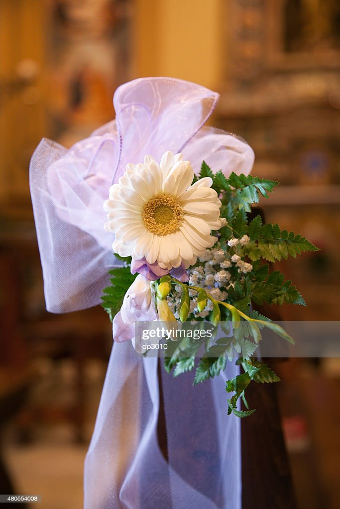 Arco e flores na Igreja Católica. : Foto de stock