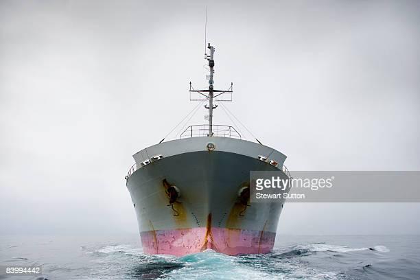 リボンが、ピンクとグレーの貨物船です。