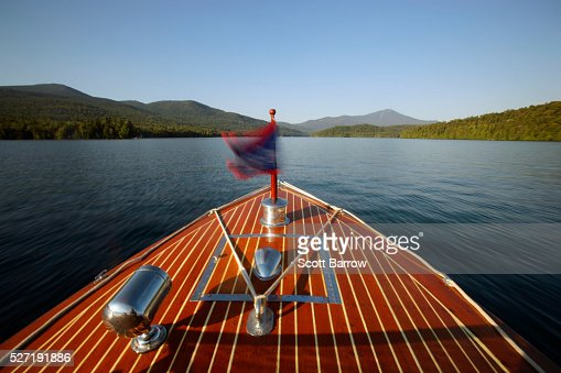 Bow of wooden inboard motorboat on a lake : Stock-Foto