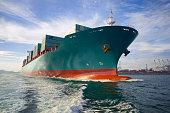 Schleife auf geladen cargo Schiff Segeln zu Hafen.