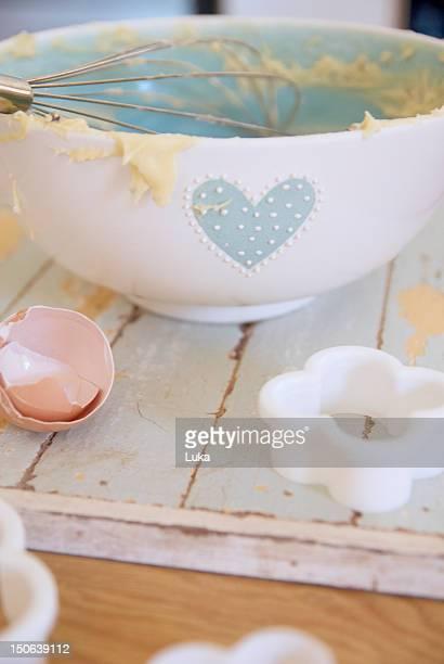 Bowl, Ei und cookie-cutter in der Küche