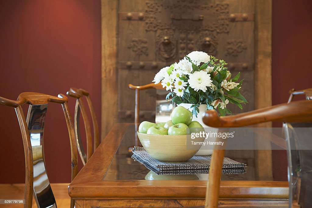 Bowl of apples on dinner table : Foto stock