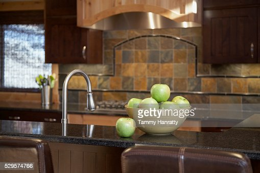 Bowl of apples on kitchen counter : Stockfoto