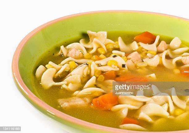 Ciotola di tagliolini (noodle) e pollo su sfondo bianco