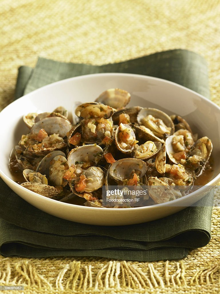 Bowl of clams with tomatoes, close-up : Stock Photo