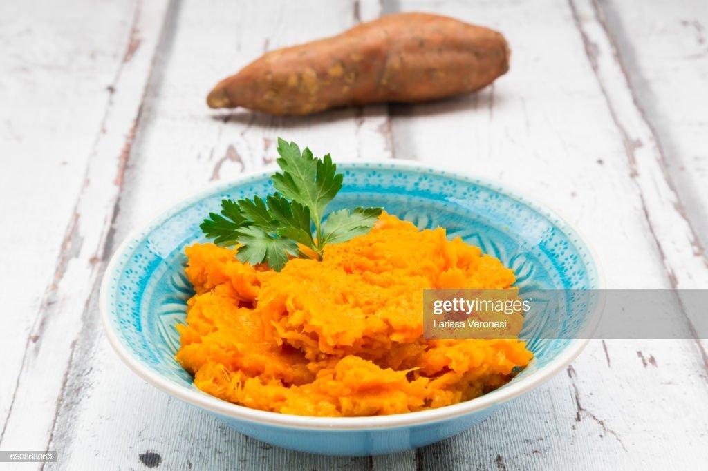 bowl of mashed sweet potato : Stock-Foto