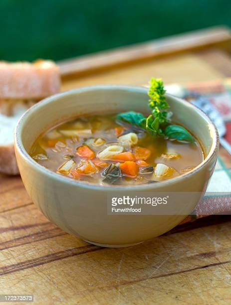 Ciotola di zuppa di Minestrone italiano, inverno vegetariano verdura Zuppa di tagliolini