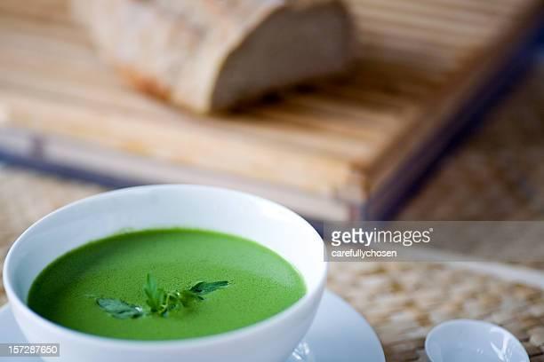 Schüssel Erbse grüne Kräuter-Suppe