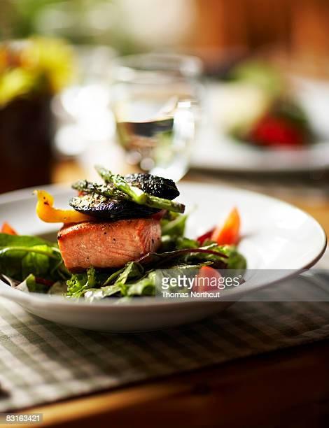 Schüssel Salat mit Lachs und gegrilltes Gemüse