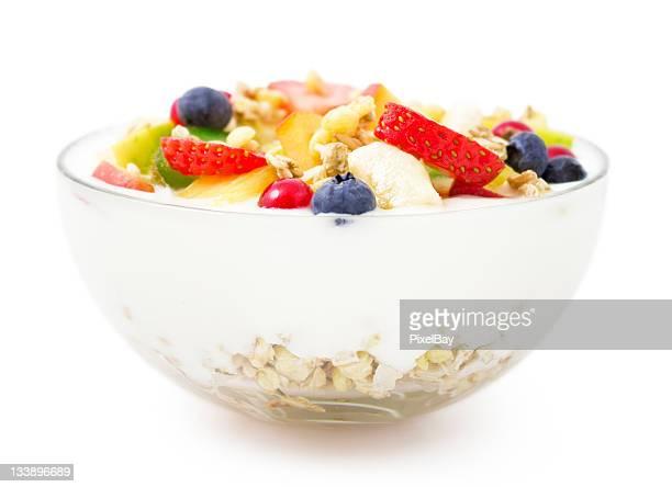 Petit déjeuner équilibré, des yaourts, des fruits et du muesli