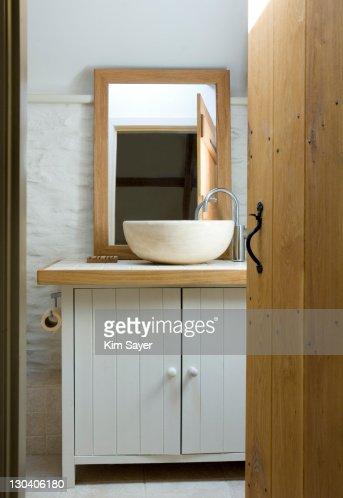 Bowl sink in modern bathroom : Stockfoto