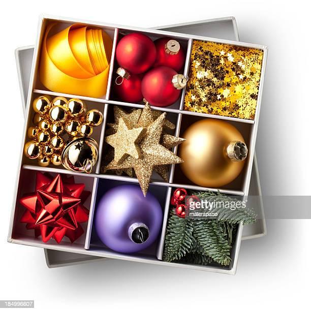 Schachtel mit Weihnachtsdekoration