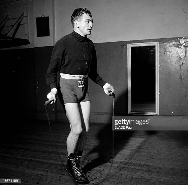 Boxer Charles Humez In New York EtatsUnis NewYork juin 1956 le boxeur français Charles HUMEZ vient d'affronter le boxeur américain Gene Fullmer sur...