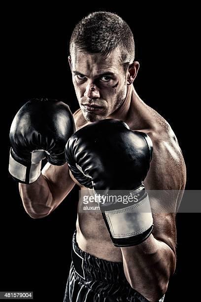 Boxeador aislado en negro