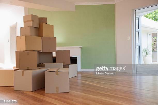Boxen liegen im Wohnzimmer der neuen Haus