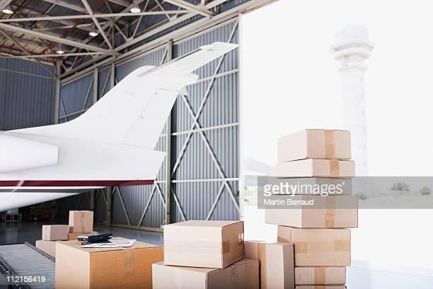Boxen liegen nahe dem Flugzeug in Versand-Bereich