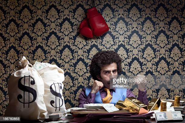 Pugilato manager con sacchetto di soldi e guanti appeso sulla parete
